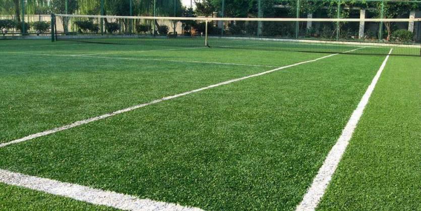 Теннисный корт покрытием из искусственной травы
