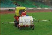 Емкость для распыления воды на игровых полях с искусственной травой